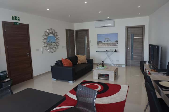 Clean, Modern, Central, 2 Bedroom Apartment Swieqi