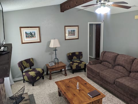 Cheerful 2 BD house.  Near Ft Hood and 2 Lakes.