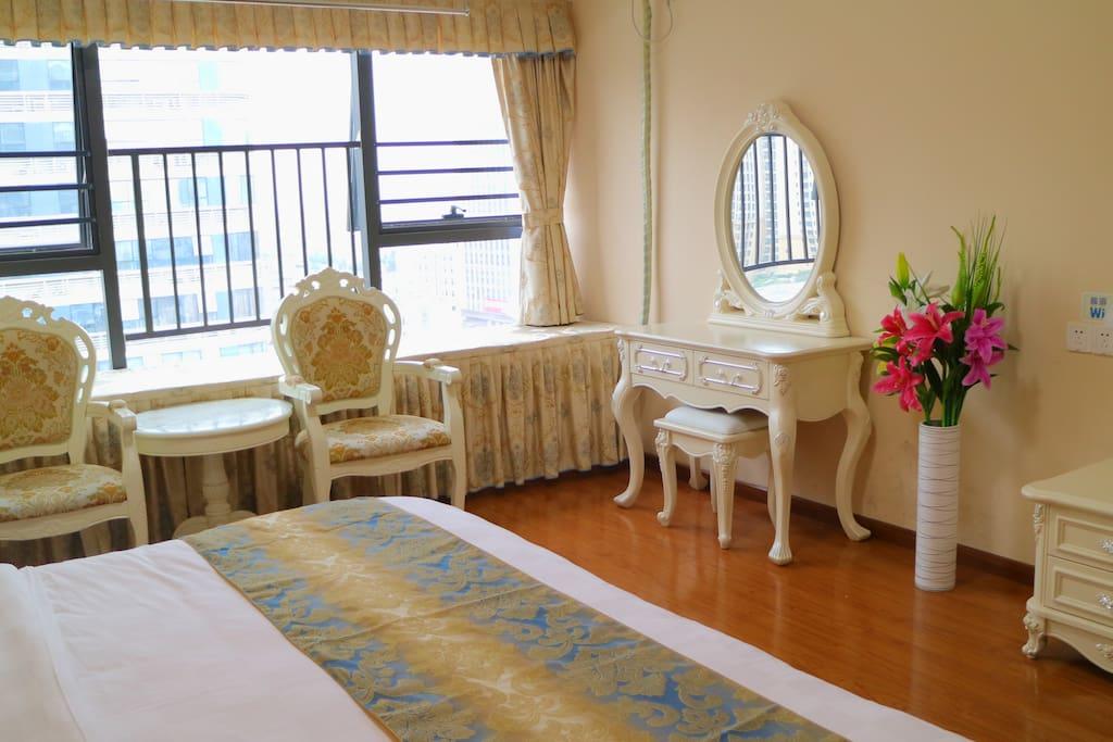 豪华大床房,有舒适飘窗垫,夜里可以坐在上面看外面的景观。