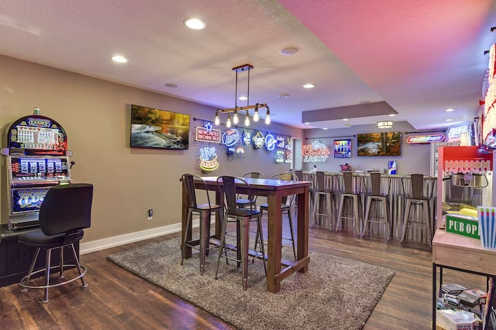 Entertainer's Dream Executive Home 13 mi to Mpls!