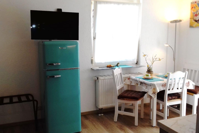 Stylischer Retro Kühlschrank. Der TV ist um 180 Grad drehbar.  Stylish retro fridge. The TV is rotatable 180 degrees.