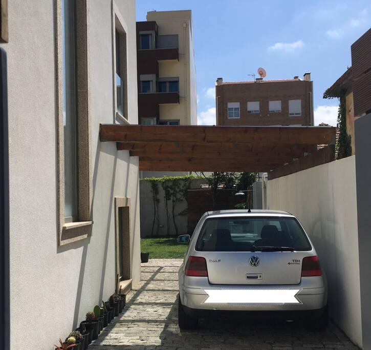 Entrada e Parqueamento /  Entry and parking