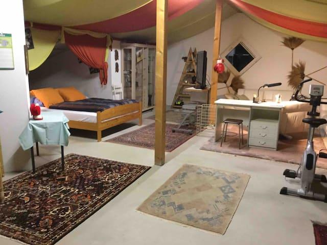 Grosses Schlafzimmer im ersten Stock