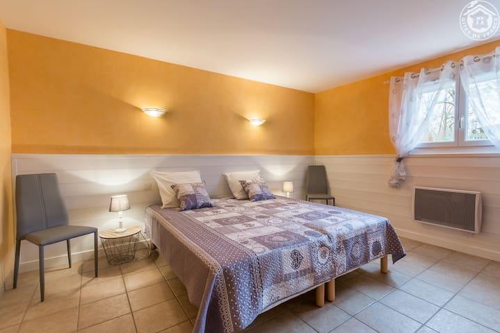 Chambre avec lit queen size au rez-de chaussée