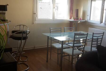 Appartement lumineux -15min à pieds centre ville - Luisant - アパート