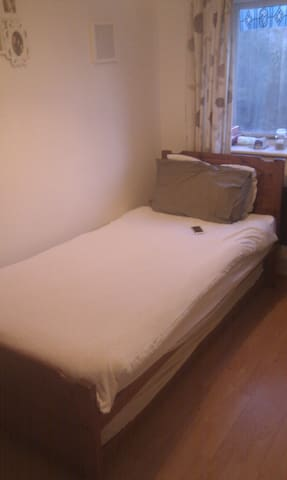 Single room to let in semi - M5 3NF - Salford - Huis