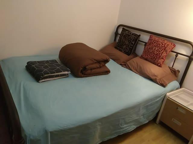 宽大的双人床席梦思,舒适的全棉床品,高质量睡眠的保证!