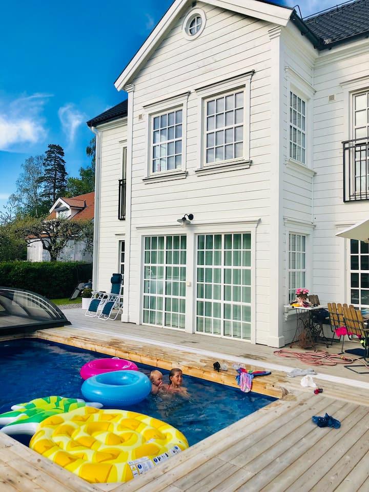 Nybyggt New England-hus med pool 500m till havet!