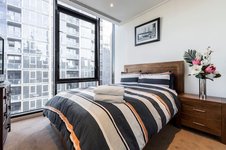 PRVTE BDRM  IN SOUTHBANK PENTHOUSE - Free Parking