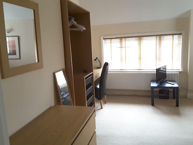 Guest bedroom - View 3