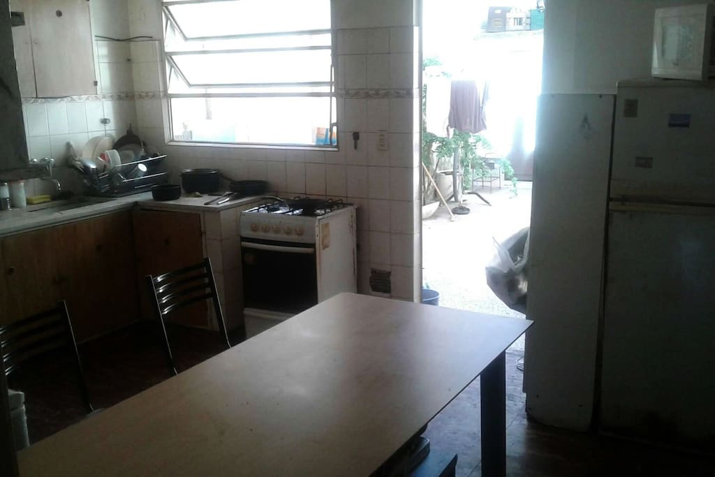 La cocina, totalmente equipada. Our kitchen, with all the toys.