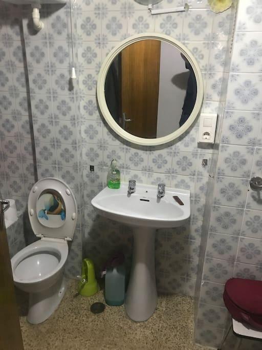 Cuarto de baño con bañera y toallas