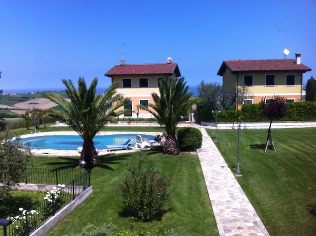 Casa in collina a due passi dal mare, con piscina - San Costanzo