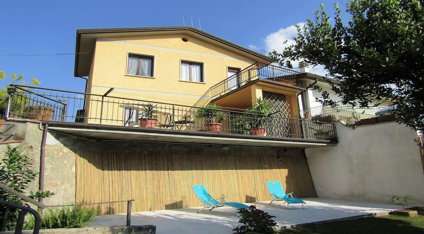 Casa con splendido giardino a Camaiore...