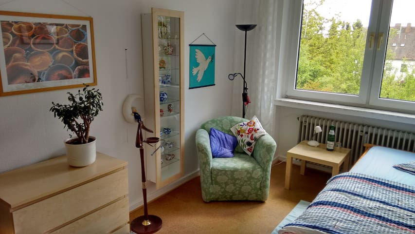 Ruhiges Gästezimmer mit Gästebad, Nähe Bergpark
