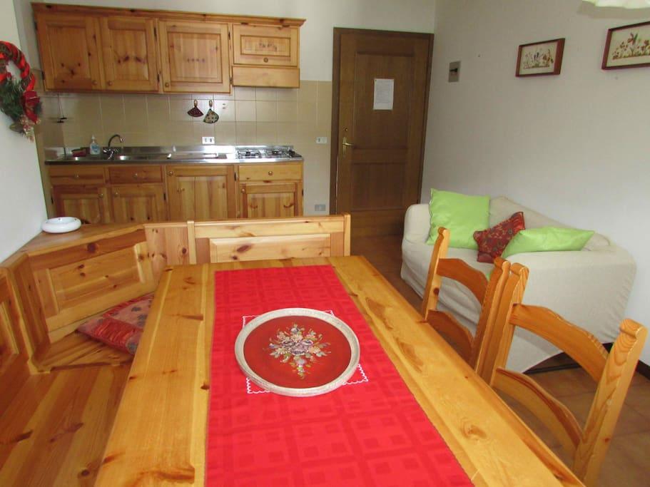 pranzo e cottura/dining and kitchen area
