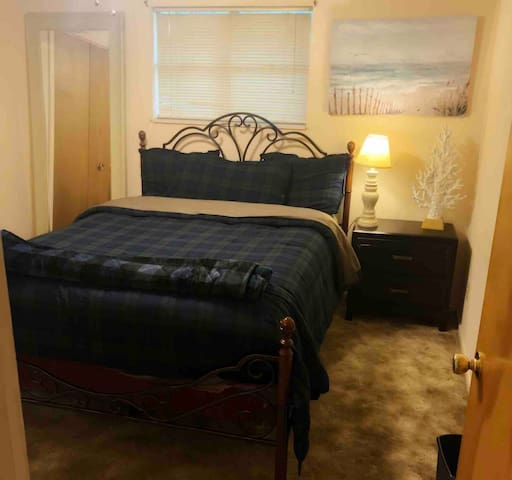 Private Bedroom with queen bed in Portales!!!