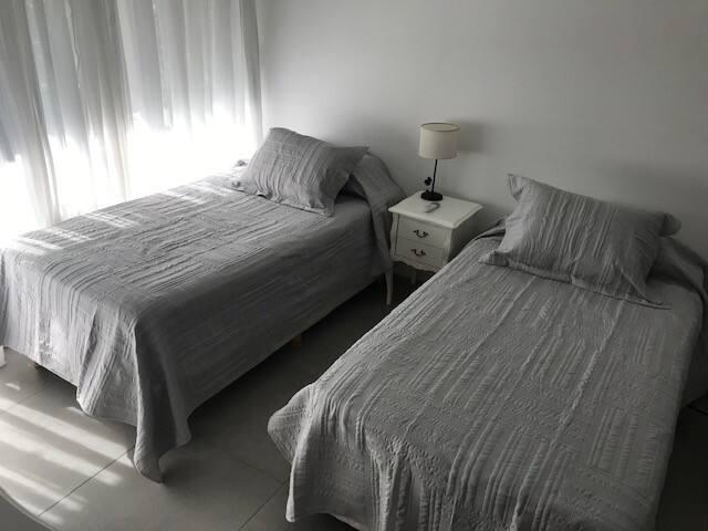 Confortables camas individuales de 1 metro x 1.90 metros.