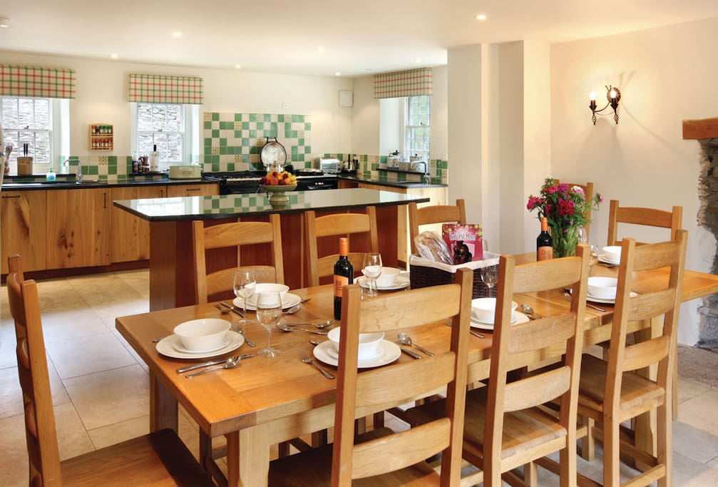 Ground floor: Dining area and kitchen