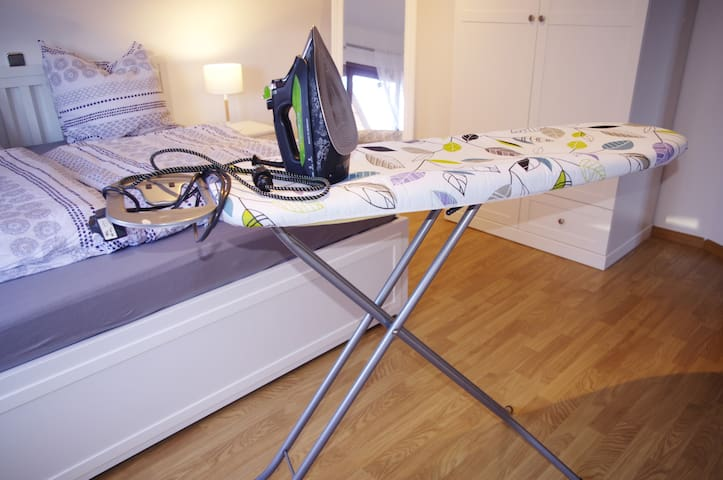 Wenn ihr unbedingt mögt, könnt ihr bei uns auch bügeln :) Das Equipment steht bereit.