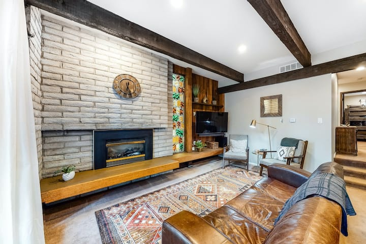 Mountain condo w/fireplace, patio & shared pool/hot tubs - walk to lifts/Main St