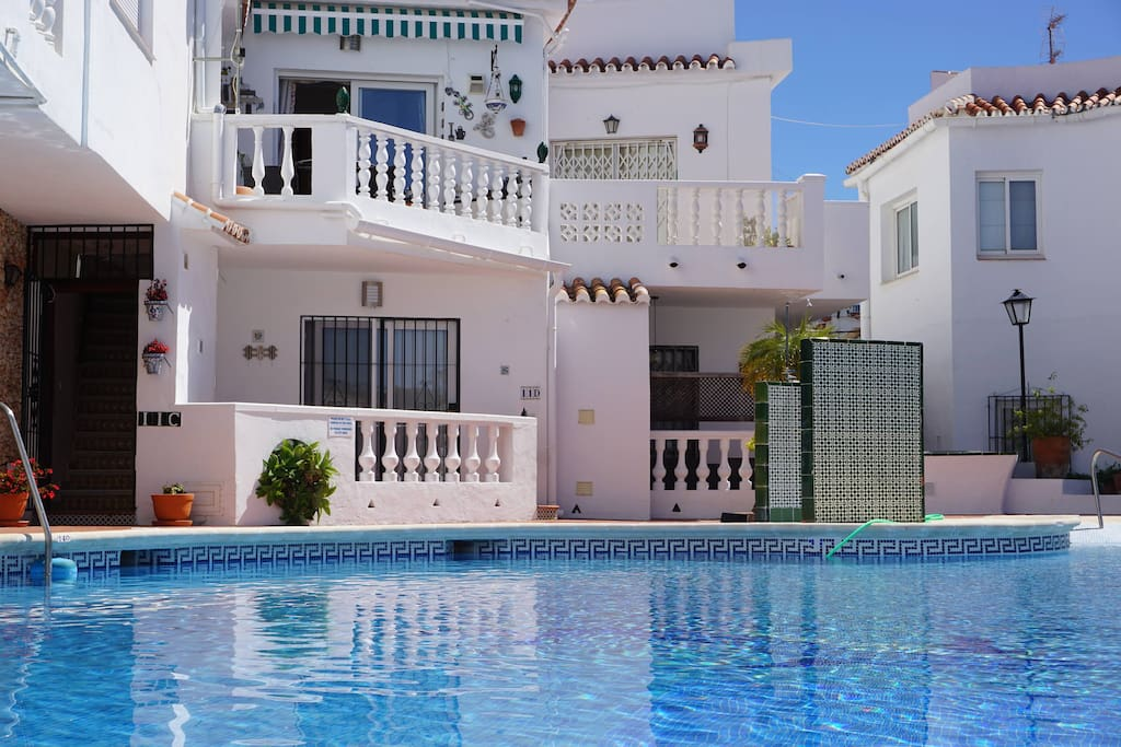 Vista desde la piscina a Casa Coral