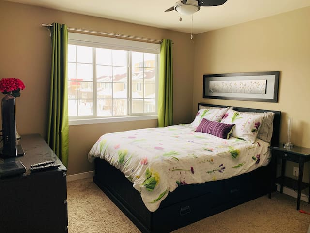 Beautiful Queen Bedroom Suite in very nice area!