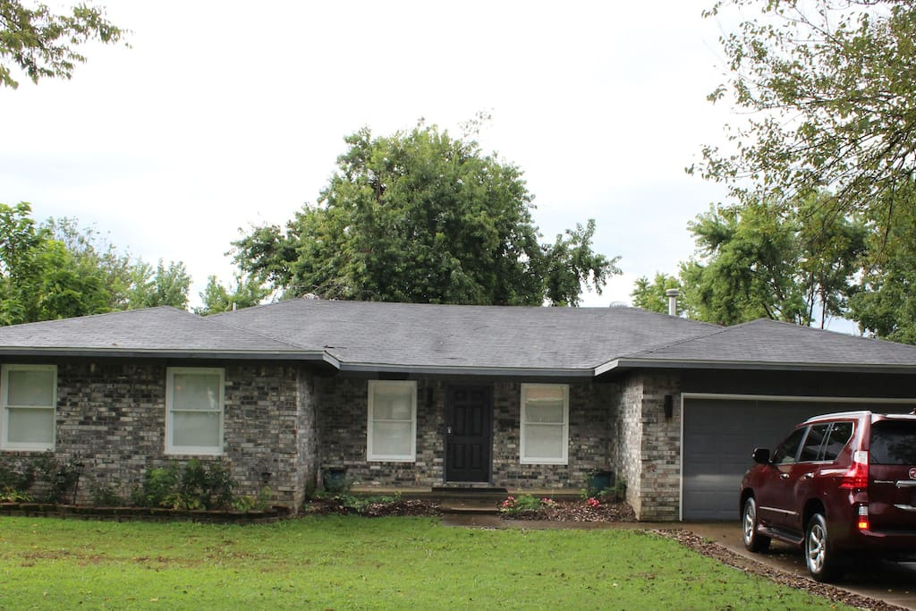 Located in shady, quiet neighborhood minutes to downtown/Crystal Bridges/Memorial Park.