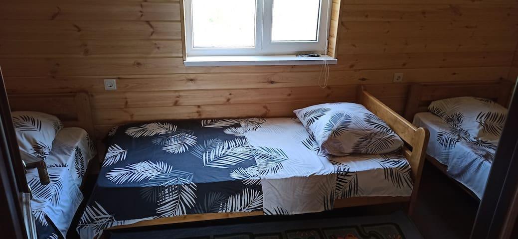 Комната номер 3 на втором этаже, где расположено 3 одноместных кровати. Телевизор, сплит система.