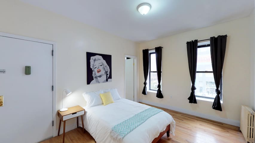 Spacious private room close to Parks and Subway