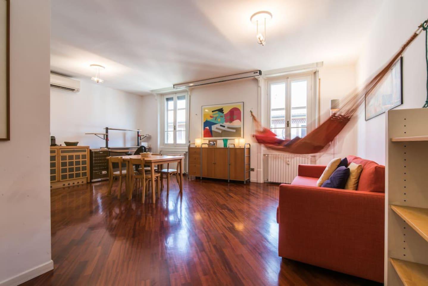 Living Room: bright area, sofa bed, dining table.  Salotto: casa luminosa, divano letto, tavolo da pranzo.