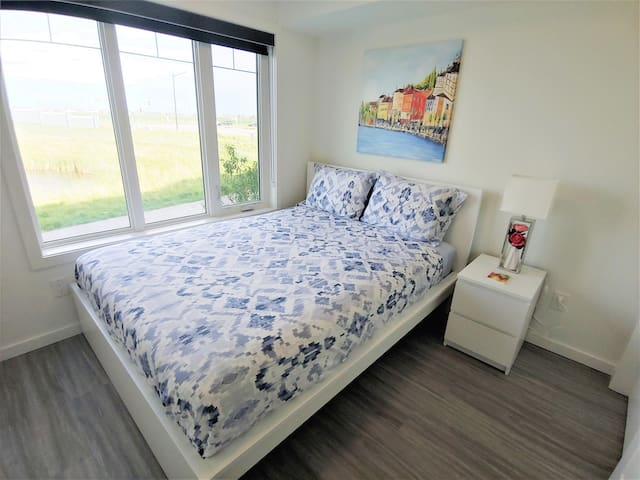 Bedroom 1 with lakeview