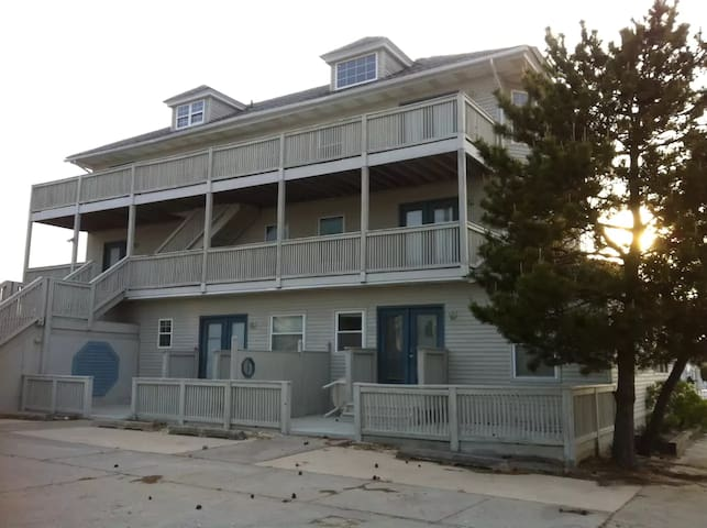 Oceanview Condos 100 ft to thebeach renovated 2R