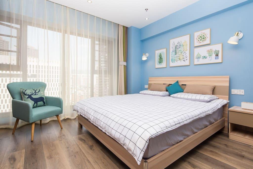 小筑阳光充足,因为我喜欢大大舒服的床,所以有了这间温馨阳光美屋!