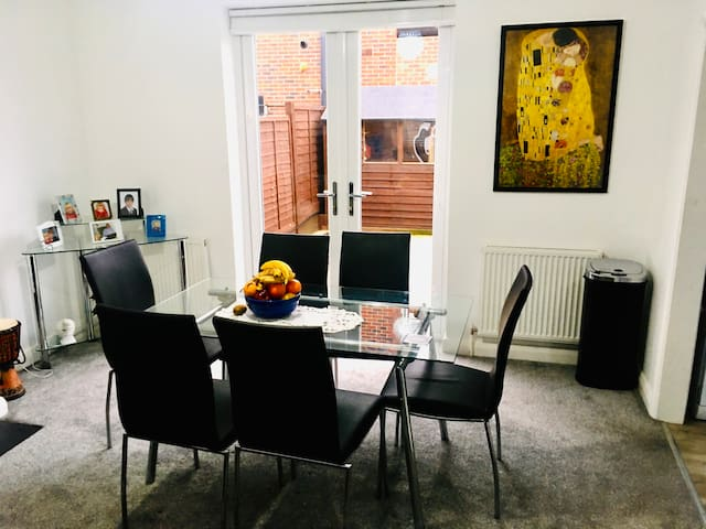 Private room - Friendly house close to London