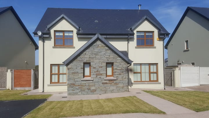 Modern 4 Bed House. 250 metres to Garryvoe beach.