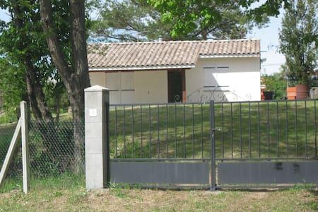 Petite maison de plein pied avec terrain clôturé