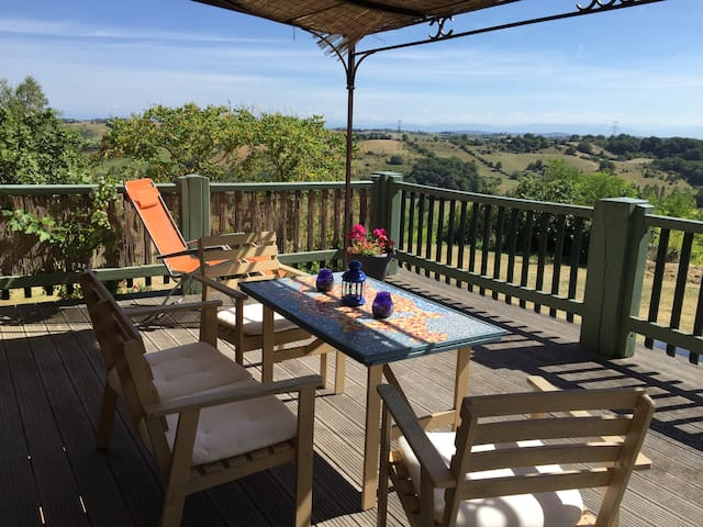 Gite Les Pyrénées  has the best views at Barès. It's on the first floor with a large balcony terrace.