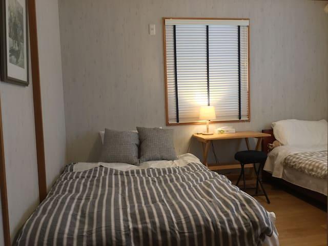 ゲストルームにシングルとダブルのベッドがあり3名まで泊まれます。左のベッドはソファーにもなります。
