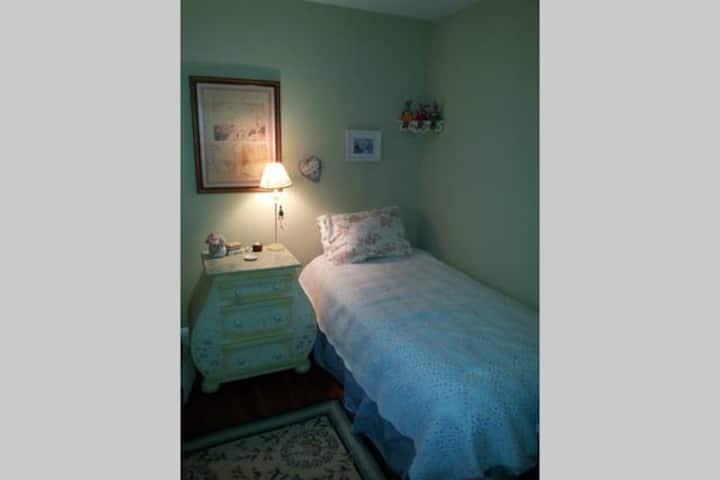 Comfortable, cozy single bedroom.