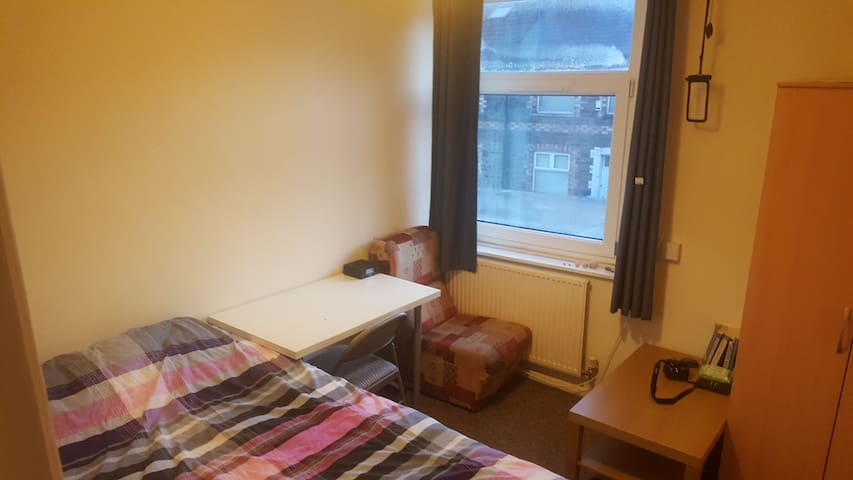 Double Bed in Private Room, 10 min Walk to Center