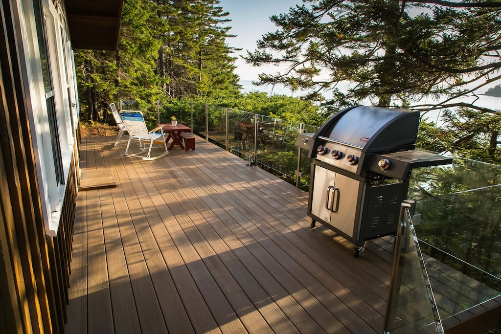 The spacious patio in the treetops with a gas grill