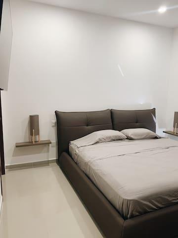 La habitación tiene una cama king size de excelente calidad con piel de cuero, con baño completo  y una tele con accesos a Netflix.