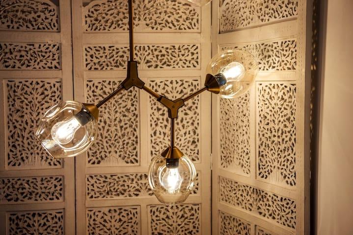 Detalle de la lámpara del dormitorio / Detail of the bedroom lamp