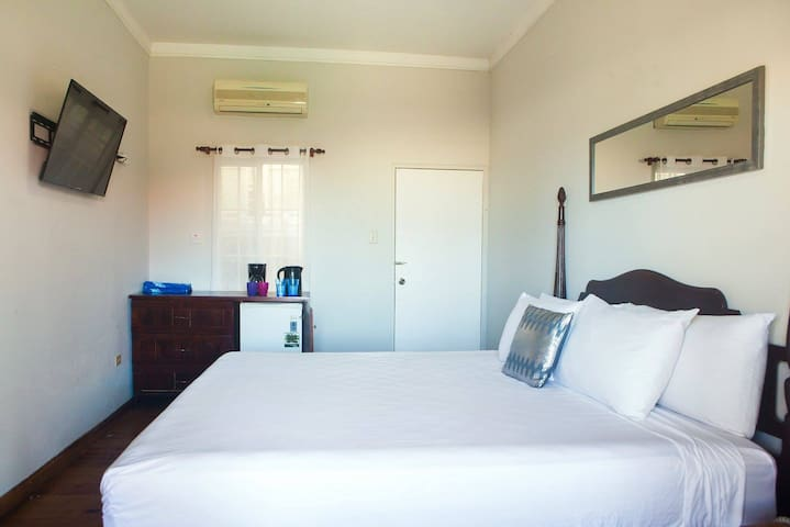 5 Caribic House King Hotel Room Hip Strip Mobay