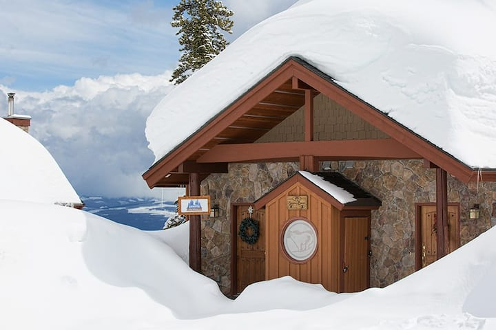 Newly renovated luxurious 3 bdrm chalet, hot tub