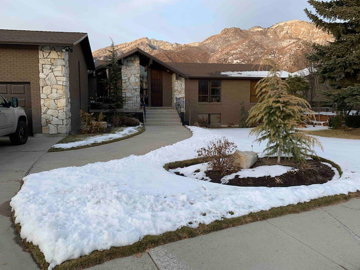 Cozy Basement Apartment Close to Canyons