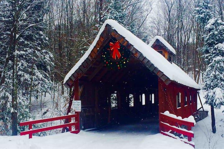 Winter Fun/Covered Bridge Get-away-Waterfront home