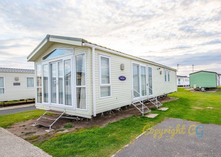 SP22 Mini-lodge - Camber Sands Holiday Park - Sleeps 6 - 2 mins walk to the beach - Welcomes 2 Dogs