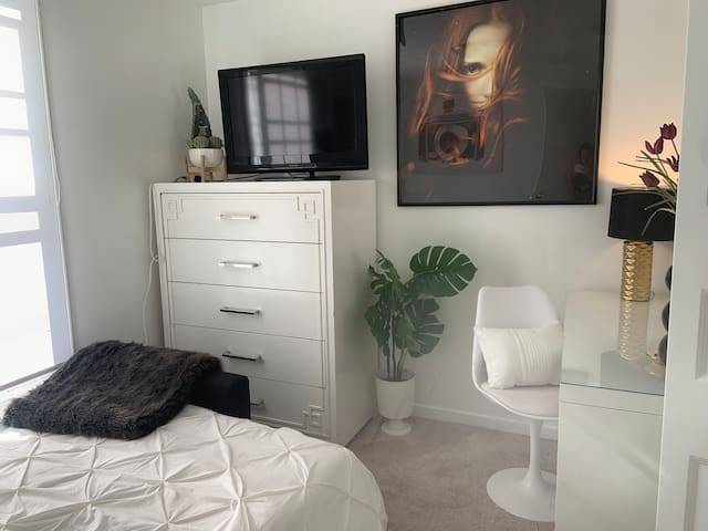 Comfortable affordable and cozy room in Elizabeth
